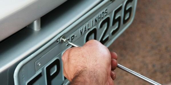 VALINHOS 02/09/2010 - CIDADES - ESPECIAL DOMINICAL - LICENCIAMENTO CARROS VALINHOS - Valinhos, na região de Campinas tem um dos maiores índices de emplacamento de carros novos no país - Na foto carro zero de Patrícia Tóffoli é emplacado no Ciretran de Valinhos - Foto: NILTON FUKUDA/AE